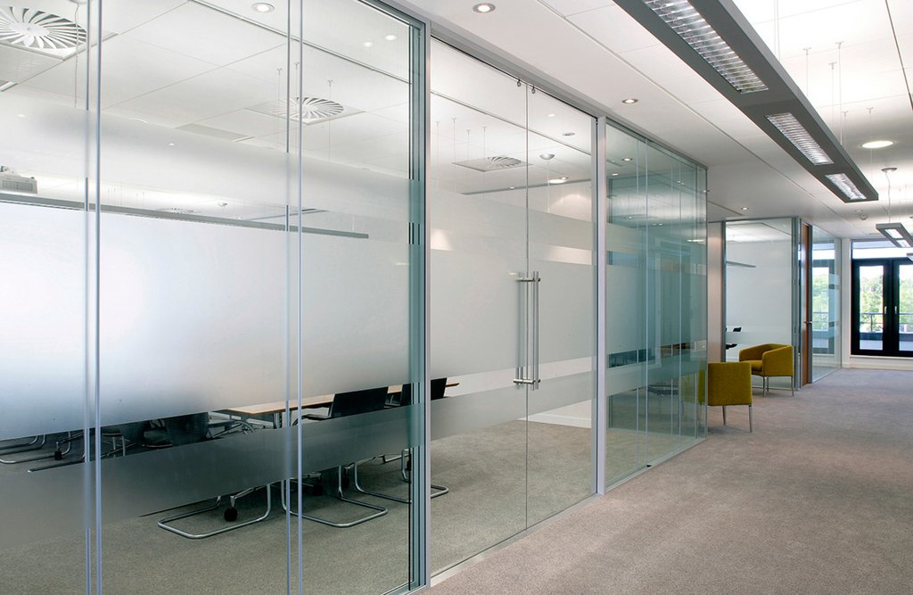 Mamparas de cristal para oficinas y coworkings blog for Cerramientos para oficinas